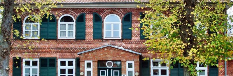 Blick auf die Fassade der Villa Jebsen im Herbst